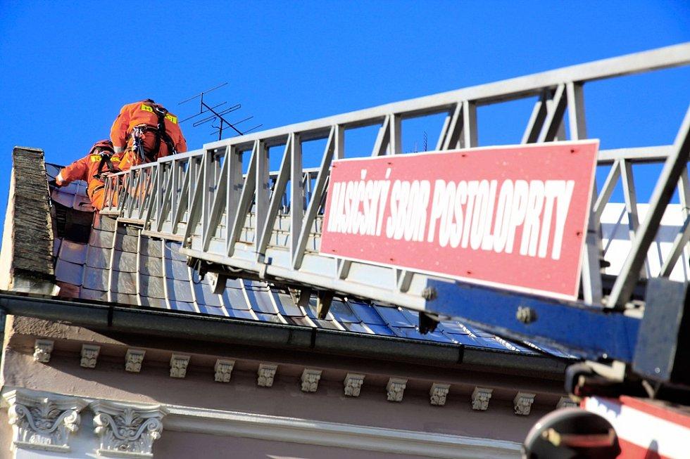 Postoloprtští hasiči zajišťovali střechu na jednom z domů na tamním Mírovém náměstí