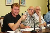 Zastupitelé Postoloprt Stanislav Klimenda, Adolf Eichelmann a Ludvík Mlčuch (zleva) na schůzi diskutovali také o budově bývalé školy. Odmítli její prodej.