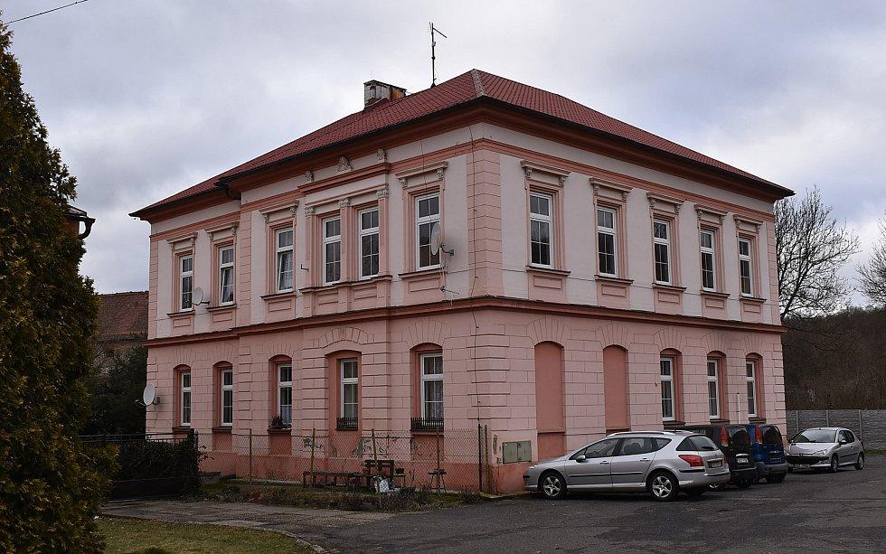 Bývalá škola v Žiželicích se před lety proměnila na byty.