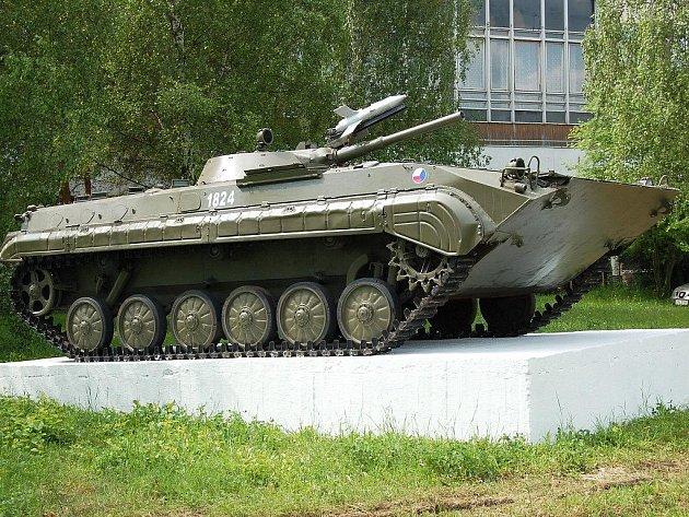 Obrněný transportér před kasárnami má symbolizovat fakt, že je v Žatci umístěn 41. mechanizovaný prapor