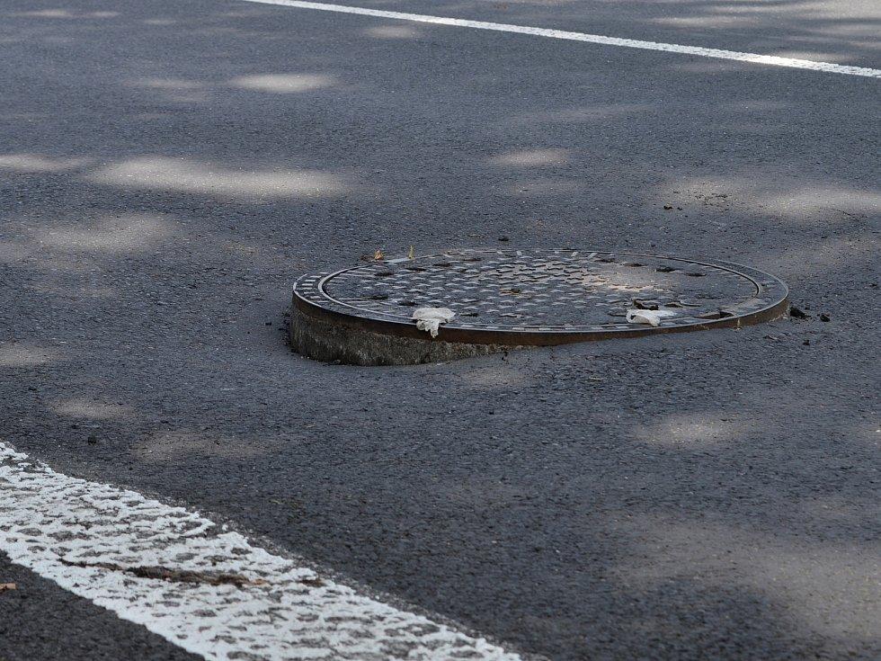 Víkendový přívalový déšť podemlel asfalt v blízkosti křižovatky ulic Husovy a Hilbertovy v Lounech.