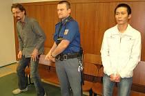 36letý Aleš Hambálek z Ostrova nad Ohří a 42letý Vietnamec The Hung Tran v soudní síni