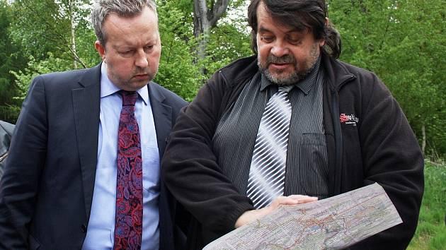 Ministr životního prostředí Richard Brabec (vlevo) přijel do Blatna na Podbořansku. Setkal se se starosty z Podbořanska, s příznivci i odpůrci úložiště a průzkumů.
