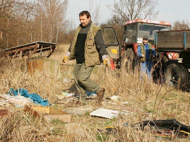 Miroslav Wist a Miroslav Hájek (v pozadí) uklízejí nepořádek u komína bývalé cihelny u Seménkovic při brigádě myslivců z Bitozevsi.