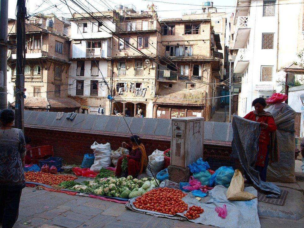 Ovocný trh v hlavním městě Nepálu, milionovém Káthmandú