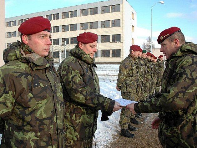 Velitel brigády Miroslav Hlaváč zároveň předal pamětní listy vojákům, kteří odcházejí k jiným útvarům.