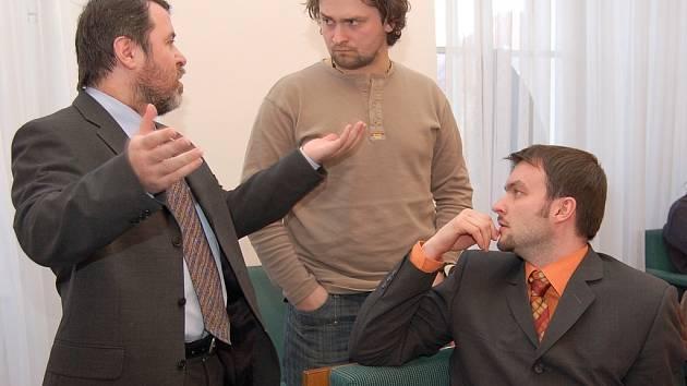 Starosta Erich Knoblauch a zastupitelé Martin Štross a Jan Novotný (zleva) diskutují při dohadovací přestávce, kterou museli zastupitelé vyhlásit během složitého jednání o lesích.