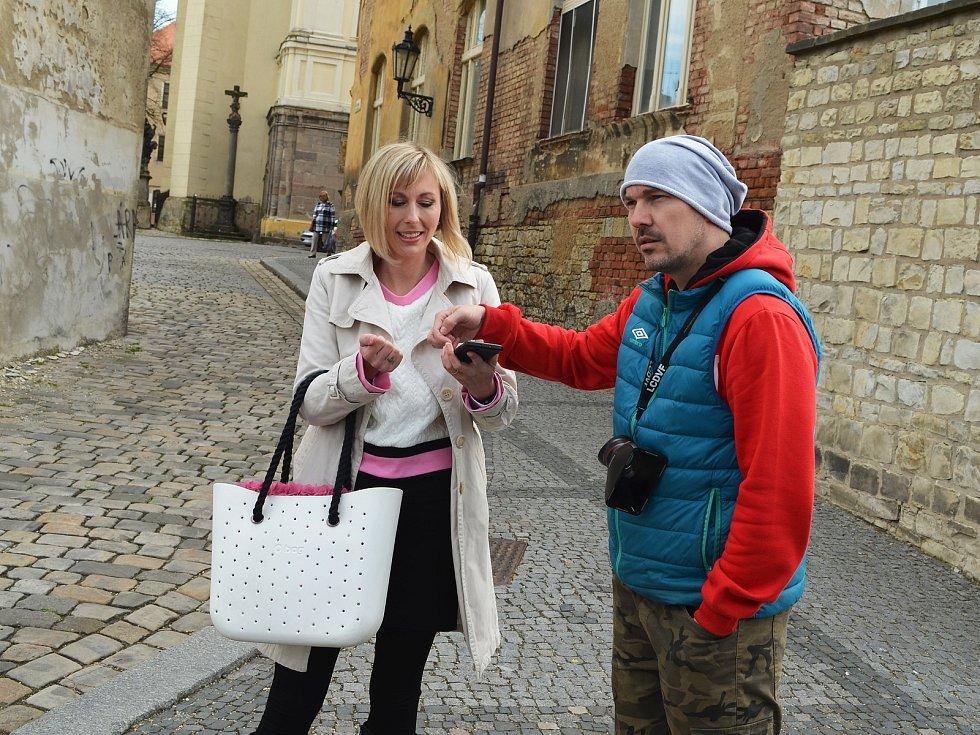 Žatečtí filmaři opět točí, tentokrát v ulicích města vzniká krátký snímek do celosvětové soutěže Nespresso talents. Na snímku vpravo je Lukáš Šimandl.