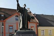 Příklady táhnou a proto město Louny nechalo umístit symbolické roušky i na sochy velikánů české historie. Od středy mají v Lounech roušky sochy Mistra Jana Husa, Benedikta Rejta a od čtvrtka také Tomáše Garrigue Masaryka.