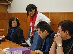 Obžalovaná Jaroslava Lochařová právě usedá vedle své advokátky. Spolu se Šárkou Hatašovou jsou obviněny z trestného činu týrání svěřené osoby.