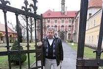 Kastelán státního zámku Libochovice Ladislav Pešek otvírá symbolicky bránu zámku pro první návštěvní a letošní turistickou sezonu.