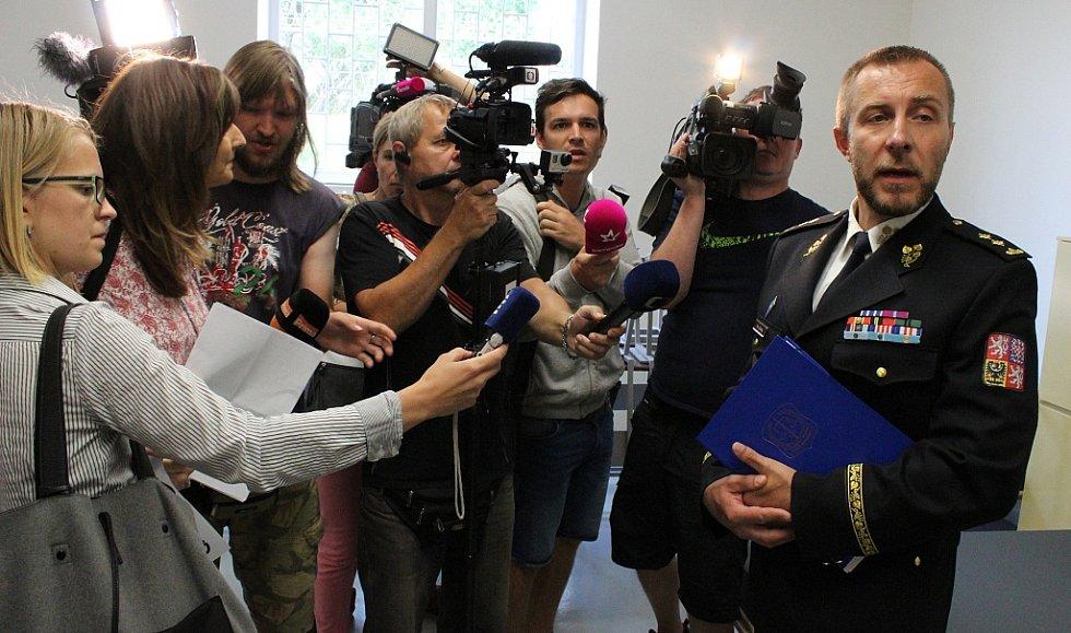 Petr Dohnal, generální ředitel Vězeňské služby ČR, v obležení novinářů