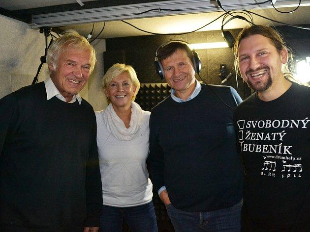 Miluše Šplechtová, Jan Hrušínský (uprostřed) a lidé ze ZUŠ Louny při společném nahrávání písničky tento týden vLounech
