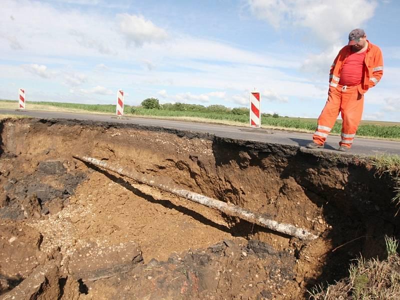 U Staňkovic přívalové deště utrhly značnou část vozovky