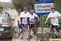 Cyklisté Stanislav Egreši, Vladimír Liška a Jiří Pilnaj pohovoří v Lounech o své cestě za olympijským ohněm do řecké Olympie.