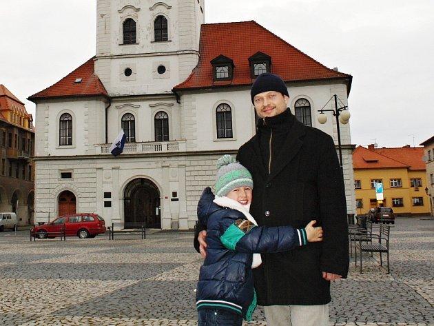 Aleš Hodina se starším synem Karlem při procházce  po náměstí v Žatci.