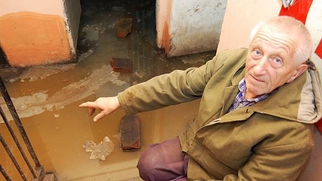 Leo Puschner, obyvatel domu, ukazuje, jak jim splašky zaplavují sklepy.