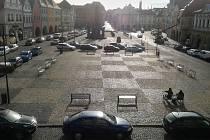 """""""Šachovnice"""" z dlažby před žateckou radnicí poslouží v sobotu členům šachového klubu k ukázkové hře."""