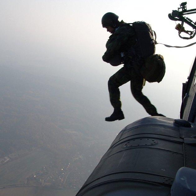 Voják ze žatecké brigády rychlého nasazení vyskakuje z vrtulníku poblíž Žatce.