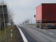 Nebezpečné dopravní značení na silnici Most - Plzeň.