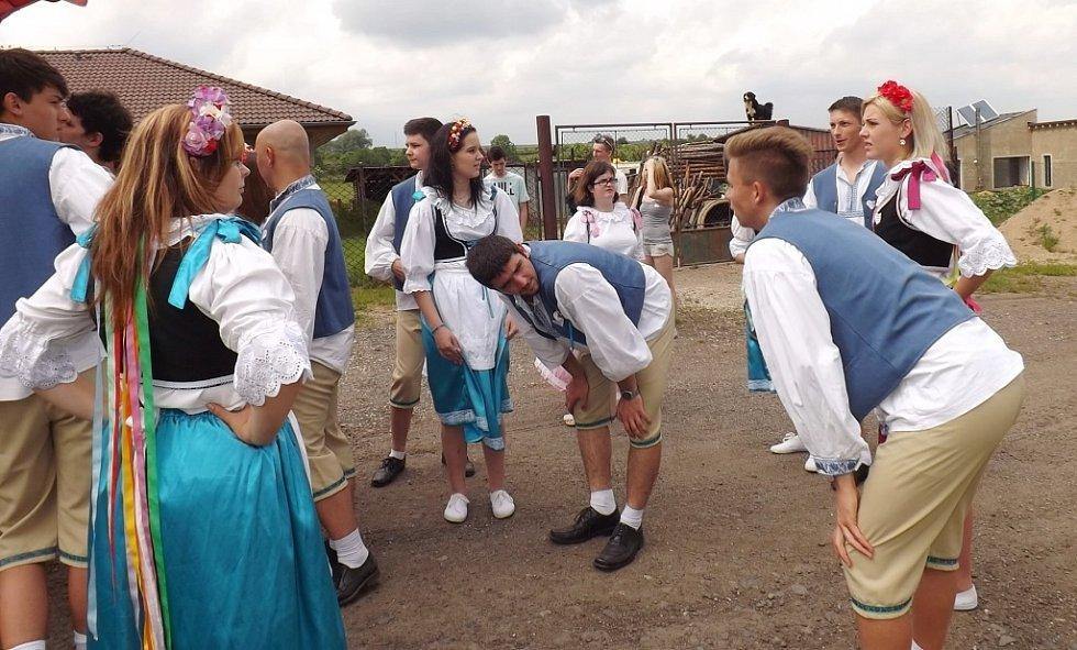 Tanečníci v krojích při sobotní zábavě v Holedeči