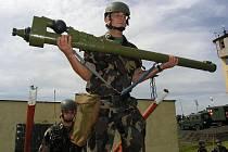 Maďarští vojáci se připravují na odpálení střely z protiletadlové zbraně na Doupově.