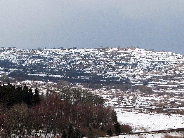 Lehce zasněžená zimní krajina Doupova.