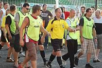 Hráči Slavoje Žatec přivítali doma Jirny. Rozhodčí Petr Martínek potřeboval po utkání ochranu.
