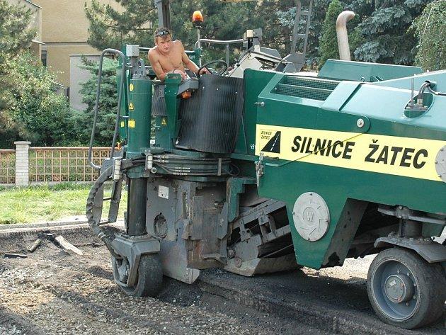 Miroslav Vávra s pomocí stroje frézuje asfaltovou plochu bývalého hřiště v žateckém podměstí.