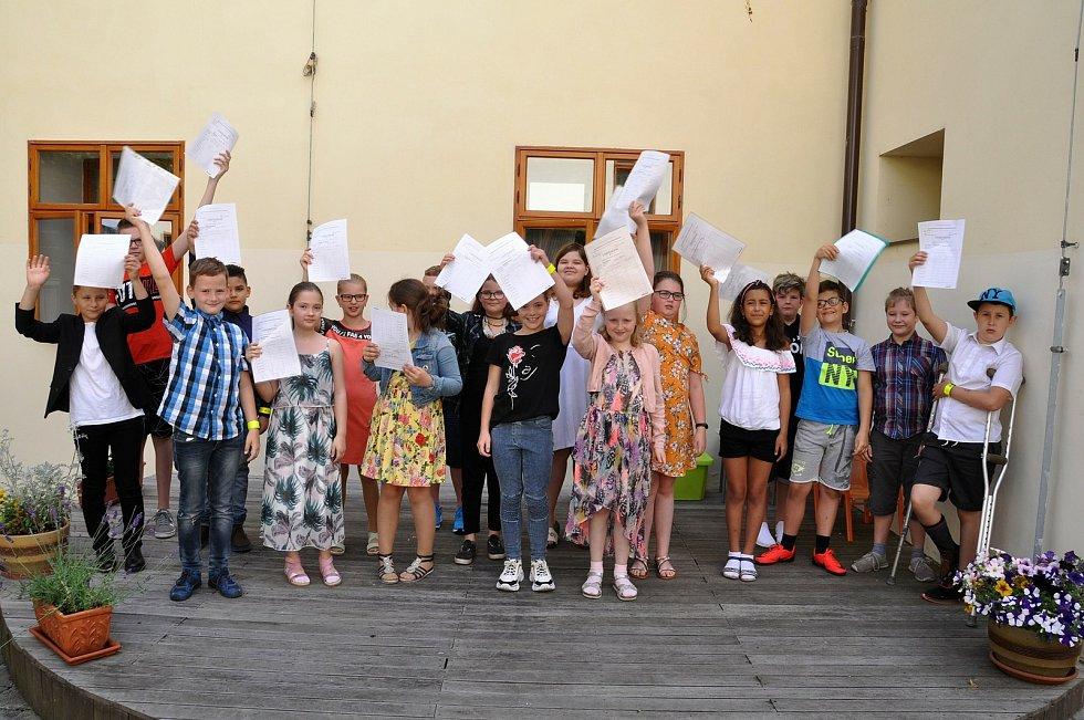 Žáci 4. třídy Základní školy Přemyslovců v Lounech si přezvali vysvědčení vatriu tamní městské knihovny.