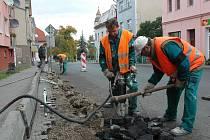Bohumil Linha (vlevo) a Drahoslav Pilo pracují na zcela novém přechodu pro chodce, který vznikne v podbořanské ulici Přátelství. Zúžena tam bude i vozovka.