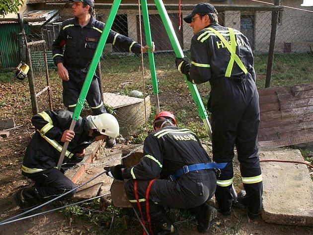 Hasiči slanují a připravují vytažení muže ze studny v Úhercích.