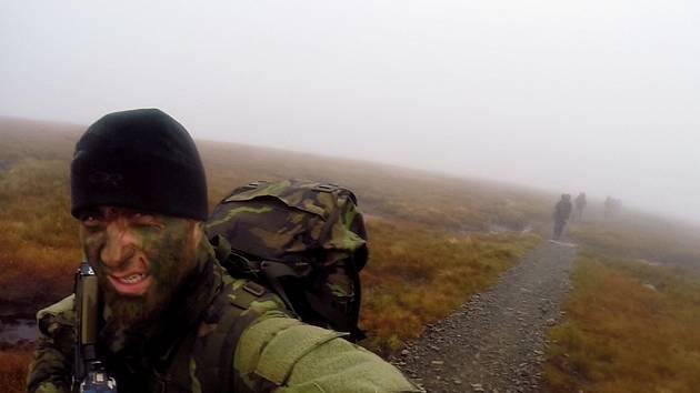 Voják při přesunu krajinou Walesu.