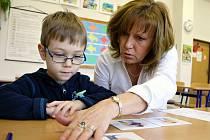 Pětiletý Matěj Chlouba si povídá s učitelkou Lenkou Meruňkovou. Zápis sice absolvoval, do lavice v září ale ještě díky odkladu neusedne.