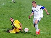 Fotbalové derby Žatec - Louny: domácí Žatec ve žlutém, Louny v bílém.