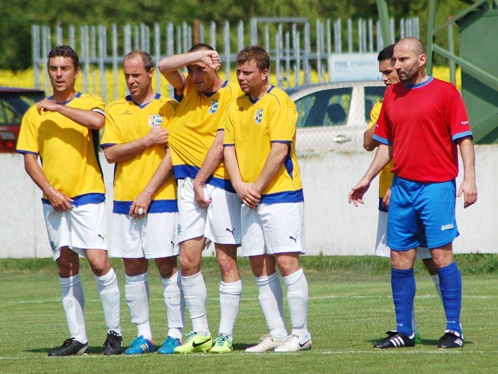 Utkání Dobroměřic (ve žlutém) proti Loko Chomutov B