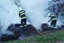 Jednotky HZS Žatec a SDH Tuchořice likvidují požár chmelinky u Klůčku