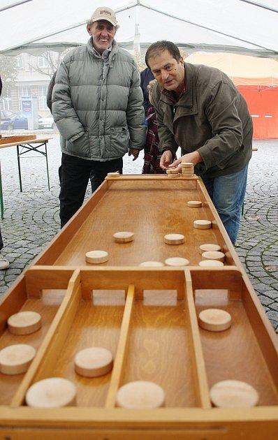 Tradiční a zábavná hra Sjoelen