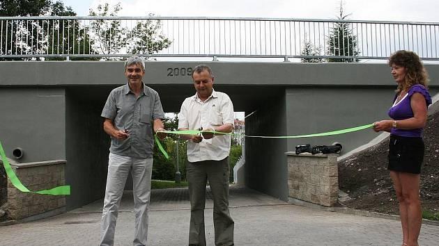 Pásku přestřihli jednatel společnosti N+N konstrukce David Novák (vlevo) a místostarosta Jan Čermák.