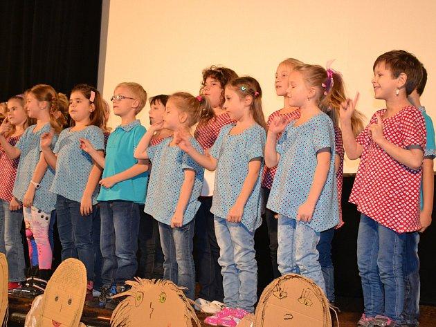 Pěvecký sbor Notičky zazpívá na pondělním koncertě. Na snímku je na prosincovém festivalu Dokud se zpívá v Postoloprtech.