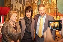 Věra Čáslavská a Tomio Okamura se synem při slavnostním křtu knihy Umění vládnout