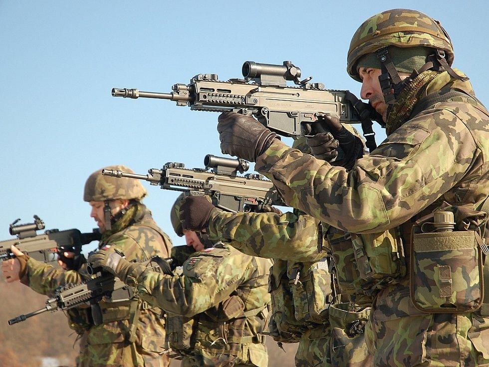 Vojáci ze žateckého 41. mechanizovaného praporu cvičí v Doupovských horách. Zdokonalují se v ovládání nových zbraní