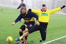Fotbalisté Žatce (ve žlutém) v duelu s Domoušicemi.