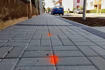 Nově položená dlažba v ulici Bří Čapků v Žatci. Plynaři si již vyznačili místa, kde chodníky rozkopou.
