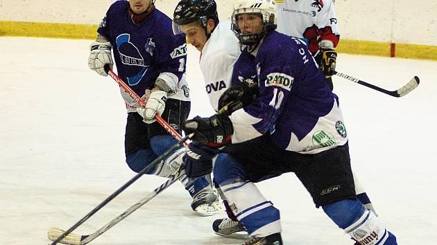Utkání hokejistů Loun (v modrém) proti Chebu