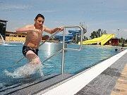 Michaela Wolfová si nasazuje s pomocí maminky Bohumily potápěčské brýle na terase u bazénu při Obchodní akademii v Žatci.