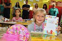 První školní den v ZŠ Lipenec. Mezi devíti novými prvňáčky jsou i Iveta Lochovská (vpředu) a Pavlína Koubková