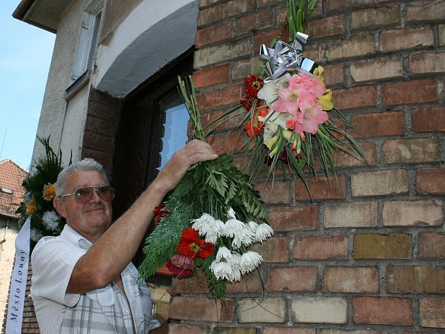 Vzpomínková akce u rodného domu kpt. Otakara Jaroše. Kytici na dům zavěšuje Karel Sláma.