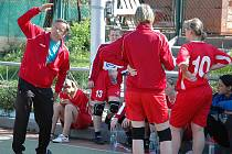 Utkání národních házenkářek Žatce (v červeném) proti Chomutovu. Na snímku trenér Josef Popelka udílí pokyny svým svěřenkyním.
