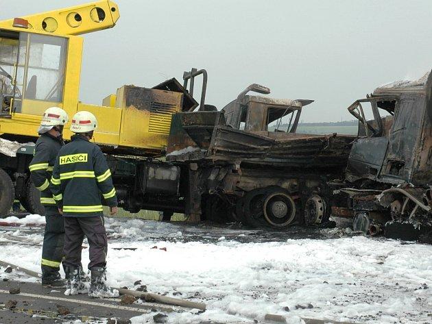 Havárie cisterny, nákladního vozu a nakladače na křižovatce u Bitozevsi.